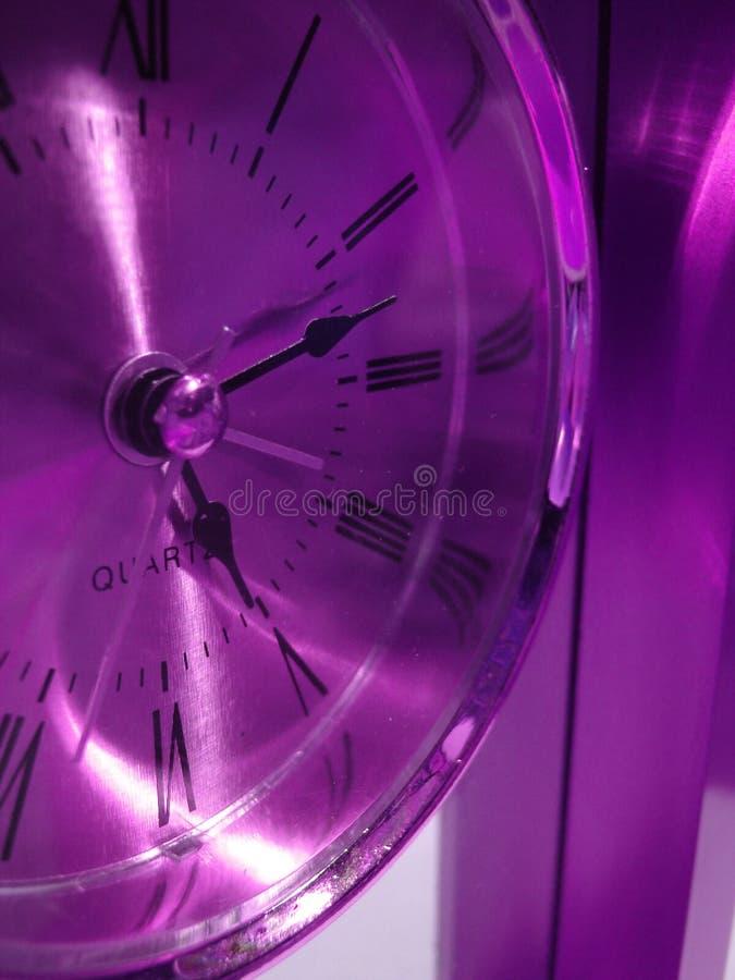 Plan rapproché de l'horloge violette photo stock