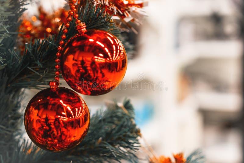 Plan rapproché de la babiole deux décorative rouge accrochée sur l'arbre de Noël Copiez l'espace photo stock