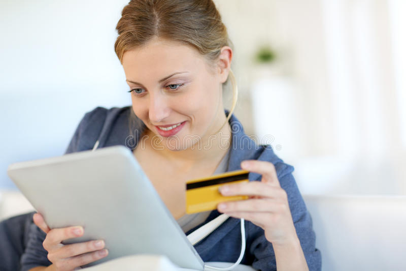 Plan rapproché de la belle femme employant des achats de carte de crédit sur l'Internet photos stock