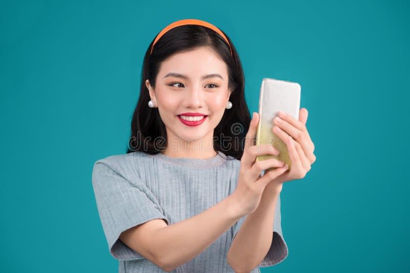 Plan rapproché de la belle fille asiatique de pin-up de sourire prenant la photo de selfie image stock