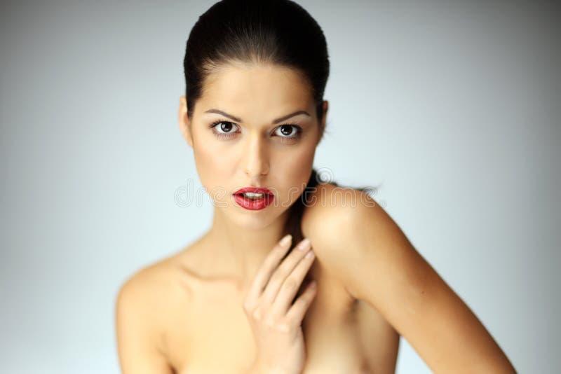 Plan rapproché de la belle pose de jeune femme. photo stock