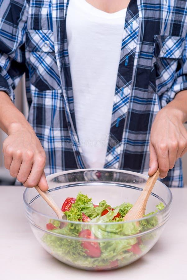 Plan rapproché de la cuisson de salade image libre de droits