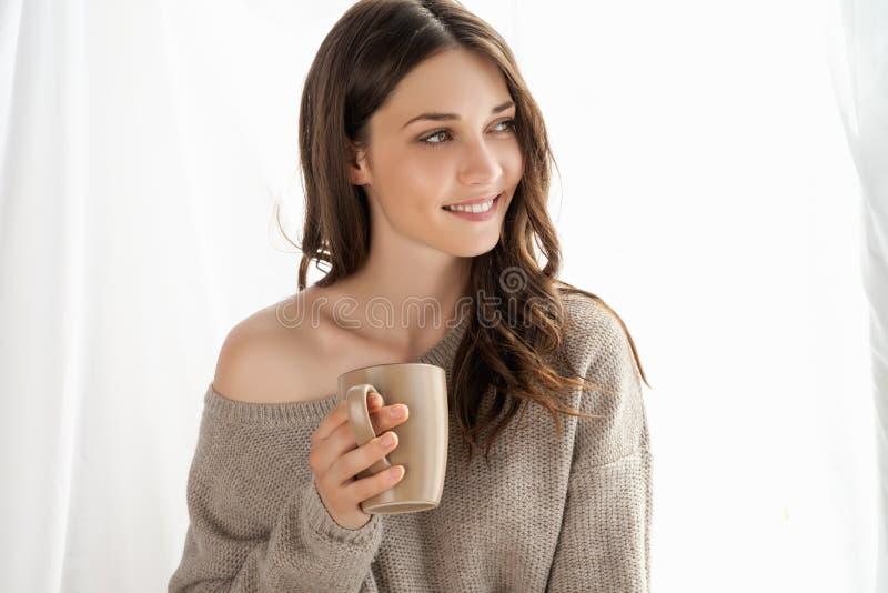 Plan rapproché de la fille avec la tasse appréciant le nouveau jour image stock