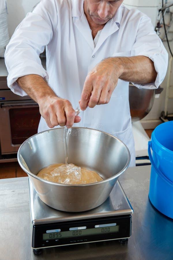Plan rapproché de la graduation du glucose et du miel pour le nougat doux photos stock