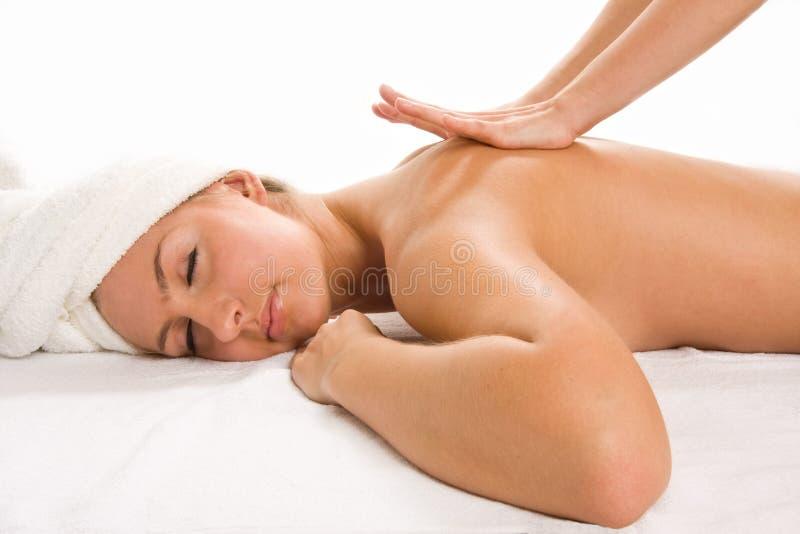 Plan rapproché de la jeune jolie femme recevant le massage images libres de droits