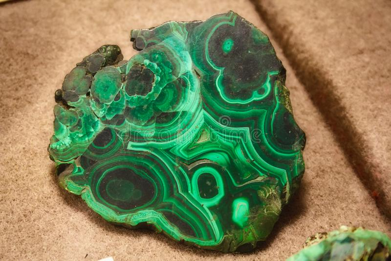 Plan rapproché de la pierre gemme polie de malachite - verte avec les profils onduleux utilisés en bijoux photos stock