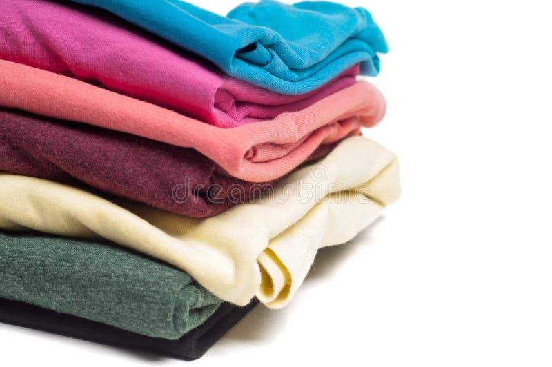 Plan rapproché de la pile des T-shirts pliés photographie stock libre de droits
