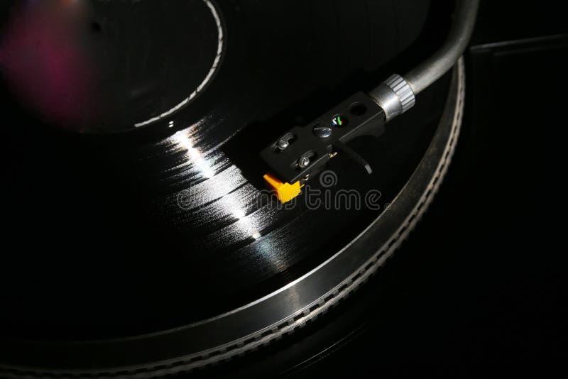 Plan rapproché de la plaque tournante de vinyle, cartouche de haute fidélité de headshell dans l'action, rétro phonographe jouant images libres de droits