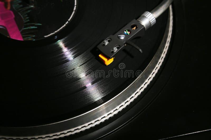 Plan rapproché de la plaque tournante de vinyle, cartouche de haute fidélité de headshell dans l'action, rétro phonographe jouant images stock
