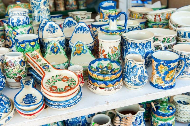 Plan rapproché de la poterie faite main colorée par Roumain traditionnel images stock