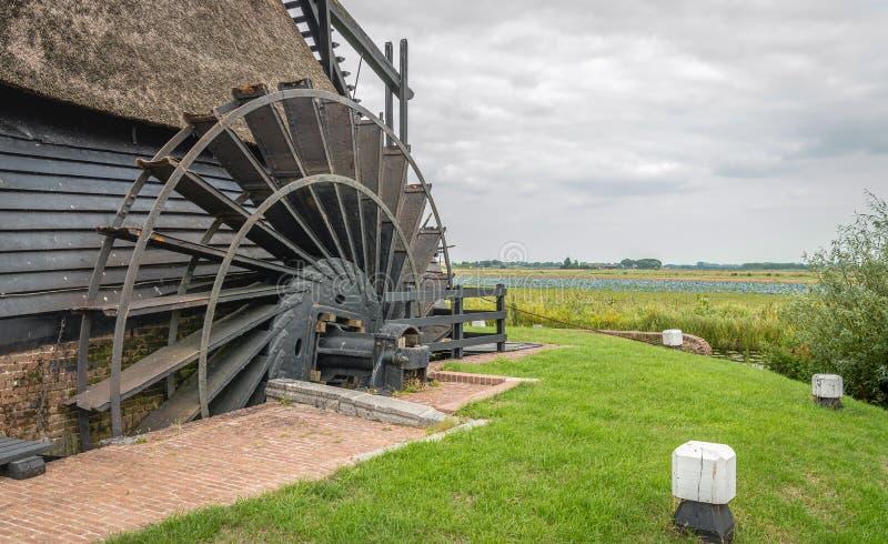 Plan rapproché de la roue à aubes d'un moulin à vent néerlandais historique de polder photos libres de droits