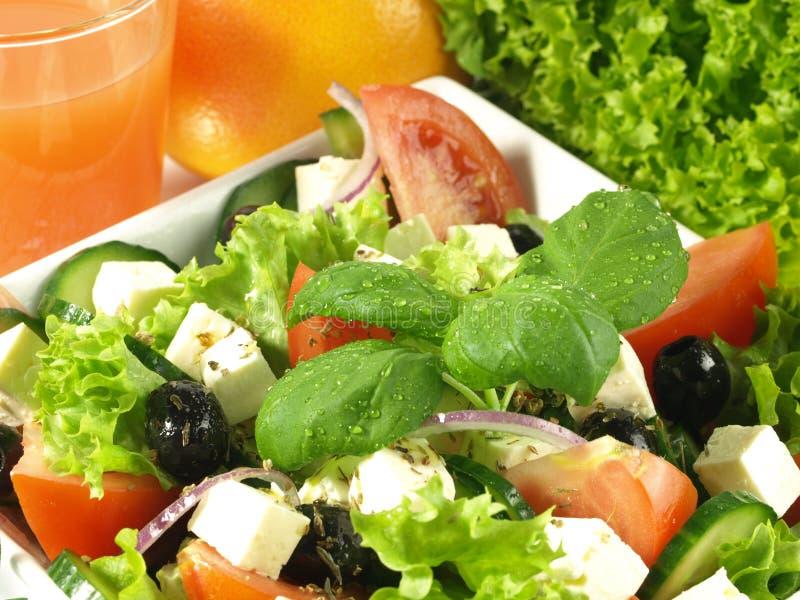 Plan rapproché de la salade grecque avec le basilic image libre de droits