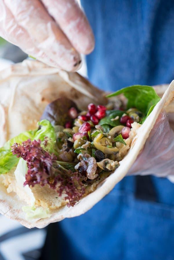 Plan rapproché de la salade végétale dans l'enveloppe molle de tortilla photos stock