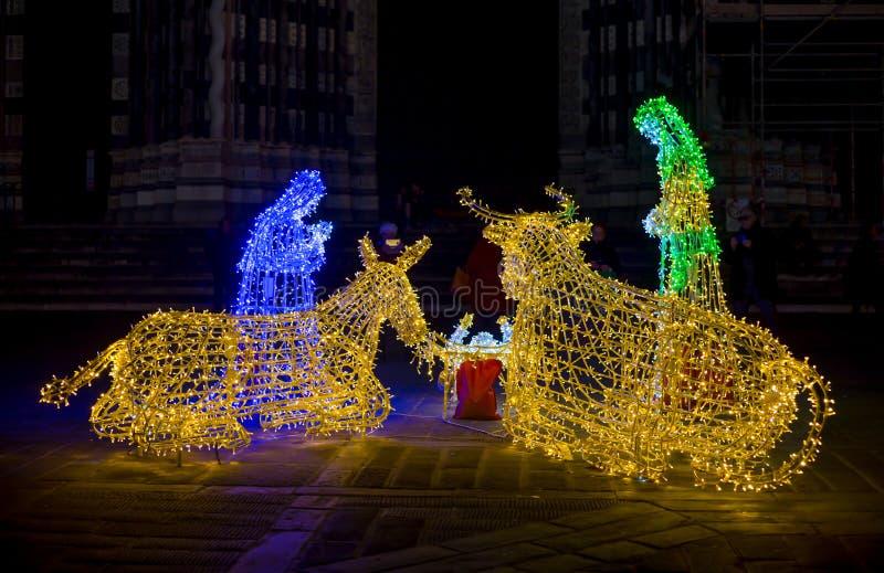 Plan rapproché de la scène de nativité de Noël illuminée avec les lumières colorées image libre de droits