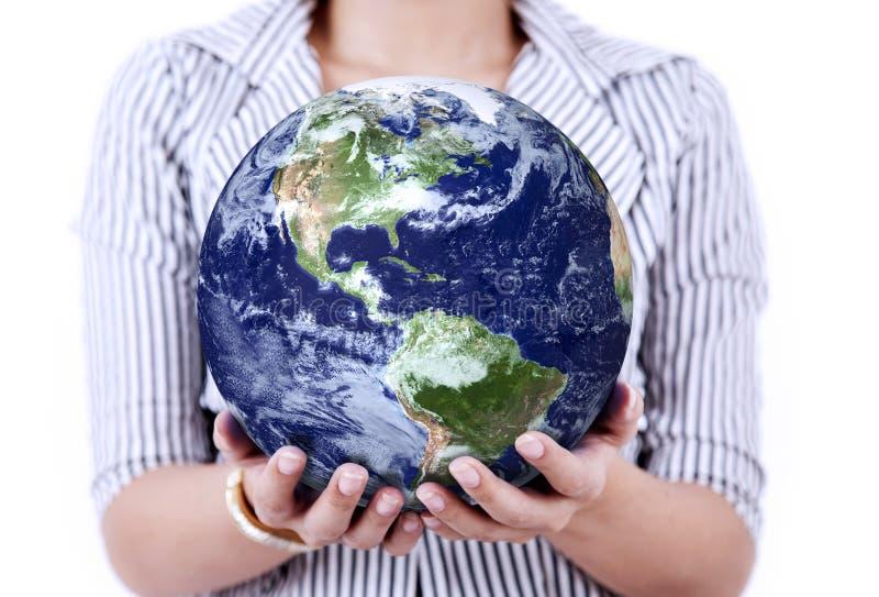Plan rapproché de la terre chez les mains de la femme illustration de vecteur