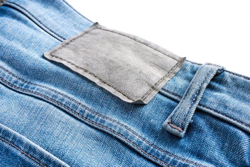 Plan rapproché de label en cuir vide sur des blues-jean photo stock
