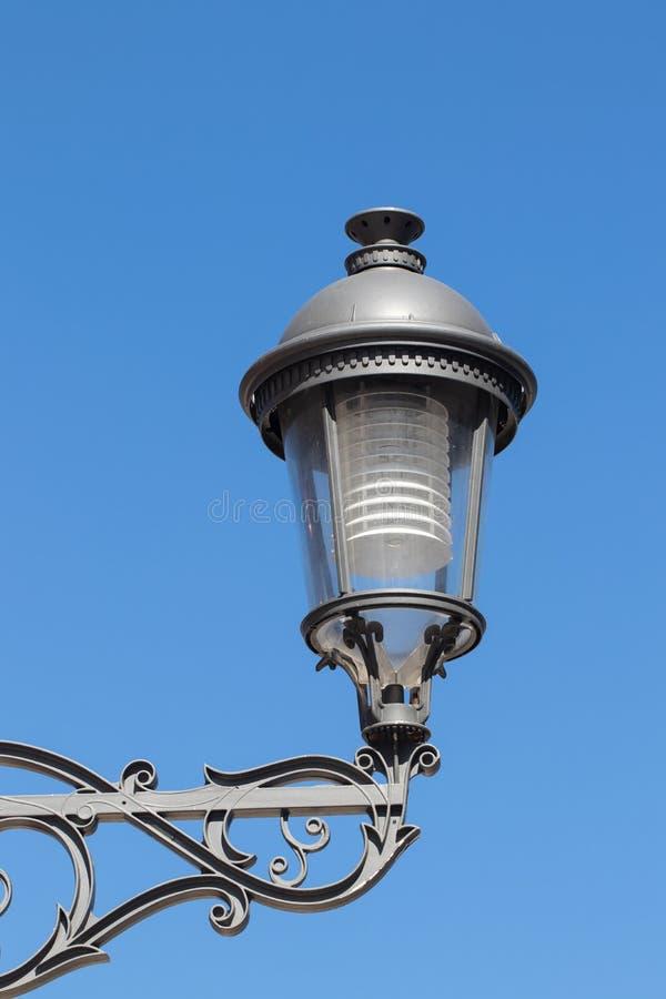 Plan rapproché de lanterne ou de lampe moderne de rue en métal de cru contre le ciel bleu à Torremolinos, Espagne, Andalousie Mac photos stock