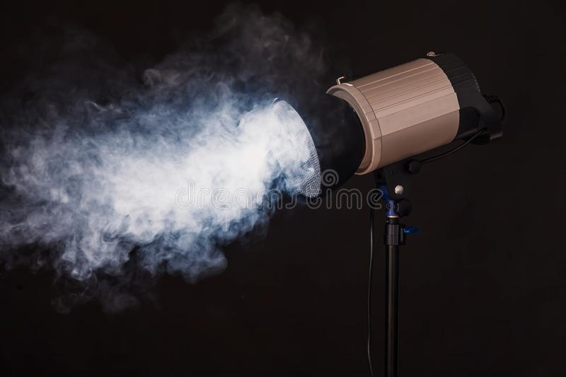 Plan rapproché de lumière professionnelle de studio Photoshoot de concept en brouillard photo libre de droits