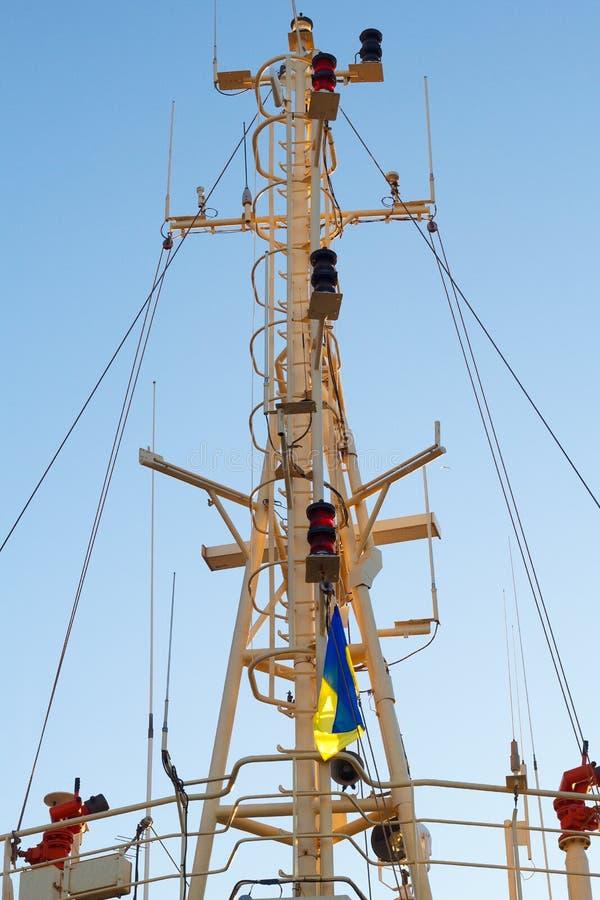 Plan rapproché de mât sur le bateau marin Mât avec le drapeau ukrainien photos libres de droits
