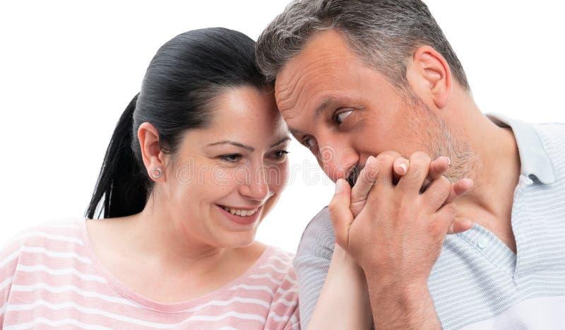 Plan rapproché de main de baiser de femme de l'homme images libres de droits