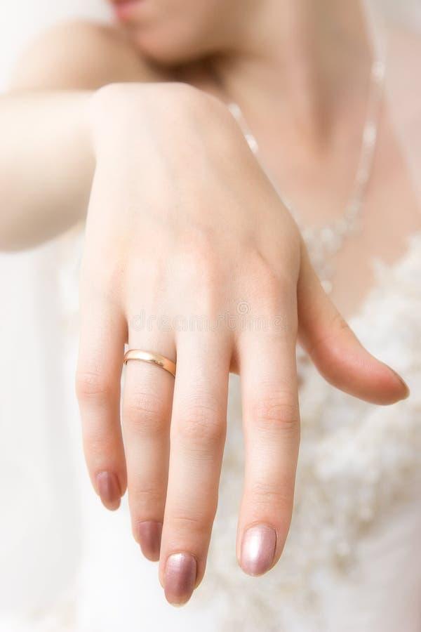 Plan rapproché de main de mariée images stock