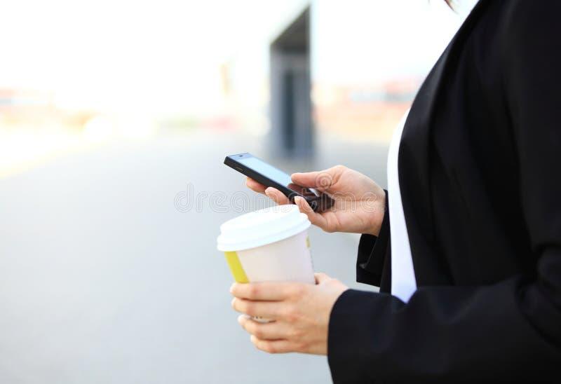 Plan rapproché de main femelle utilisant le téléphone intelligent photos stock