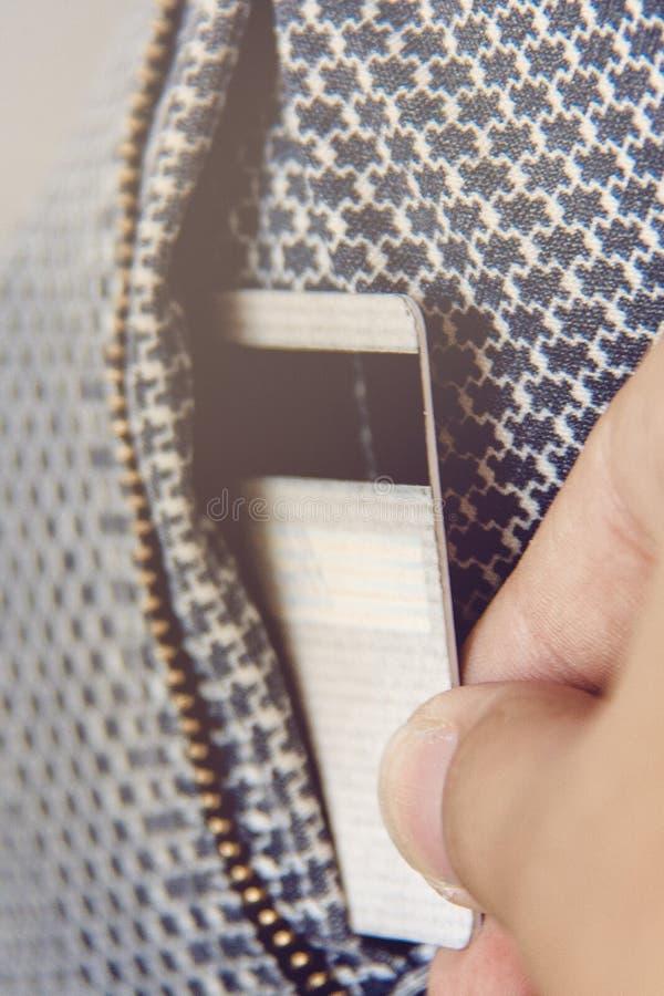 Plan rapproché de main prenant la carte de crédit hors de la poche Le concept de l'argent perdant, enregistrant l'argent, les aff image libre de droits