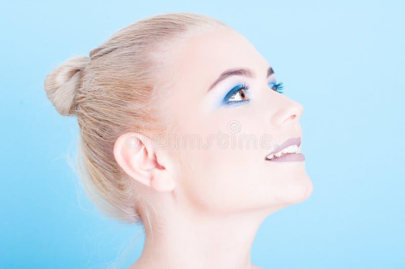 Plan rapproché de maquillage de professionnelle de fille de vue de côté photo stock