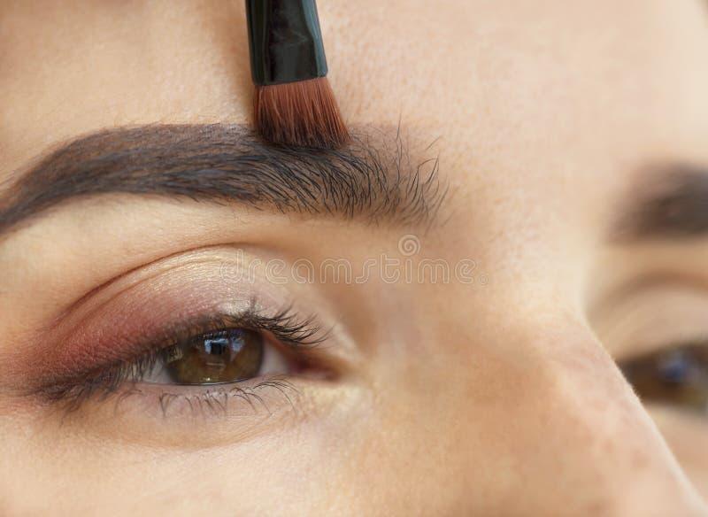 Plan rapproché de maquillage Maquillage de sourcil, pinceau photo stock