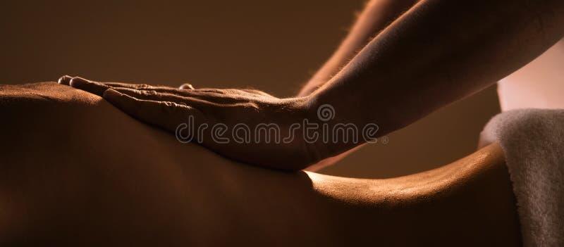 Plan rapproché de massage avec des mains de masseur professionnel image libre de droits
