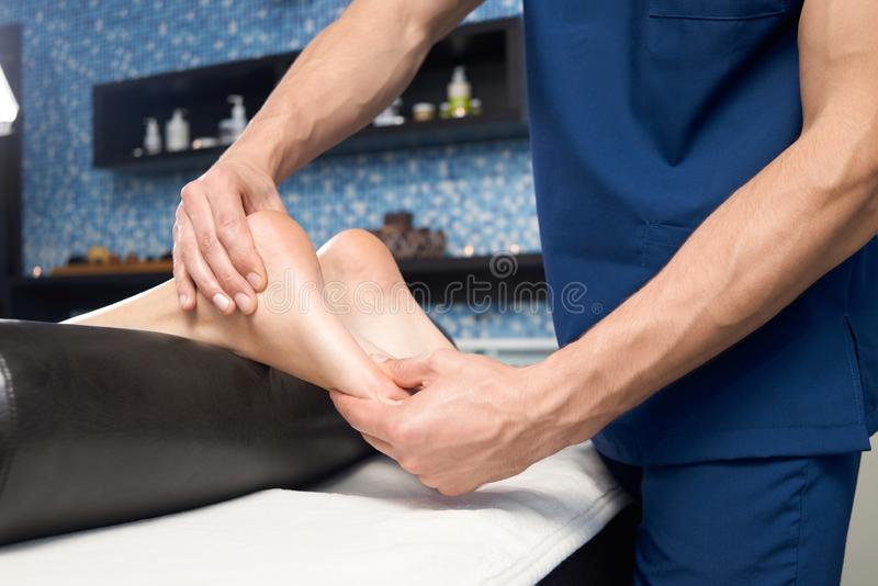 Plan rapproché de massage de détente de pied femelle dans le salon de station thermale images libres de droits