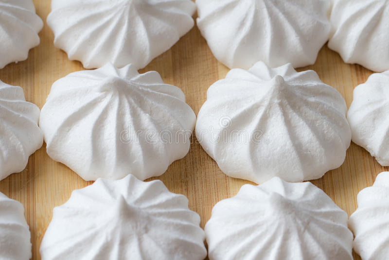 Plan rapproché de mini meringues sur un fond en bois photos stock