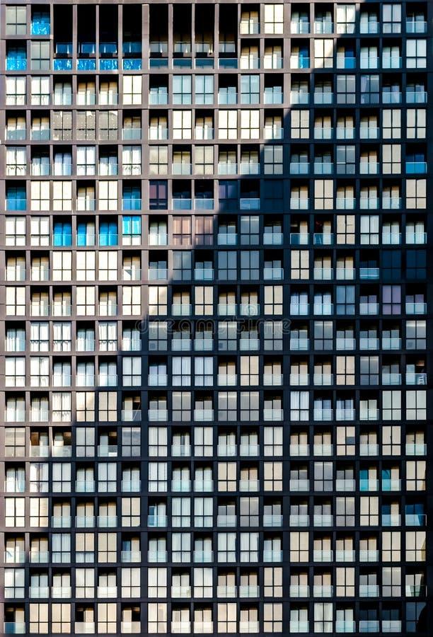 Plan rapproché de modèle extérieur de fenêtre de bâtiment résidentiel photo stock
