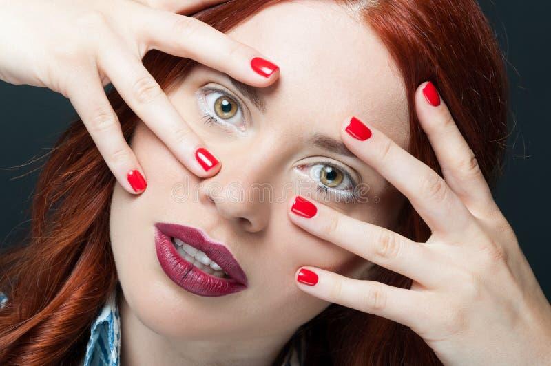 Plan rapproché de modèle séduisant avec le maquillage naturel photographie stock