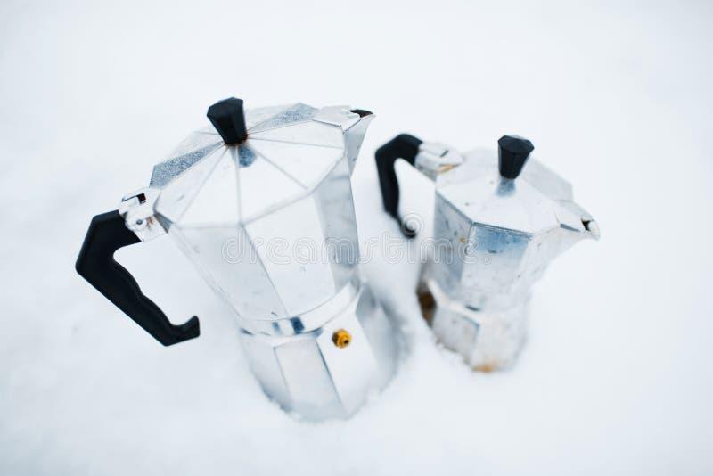 Plan rapproché de moka du café deux au-dessus du fond blanc photo stock
