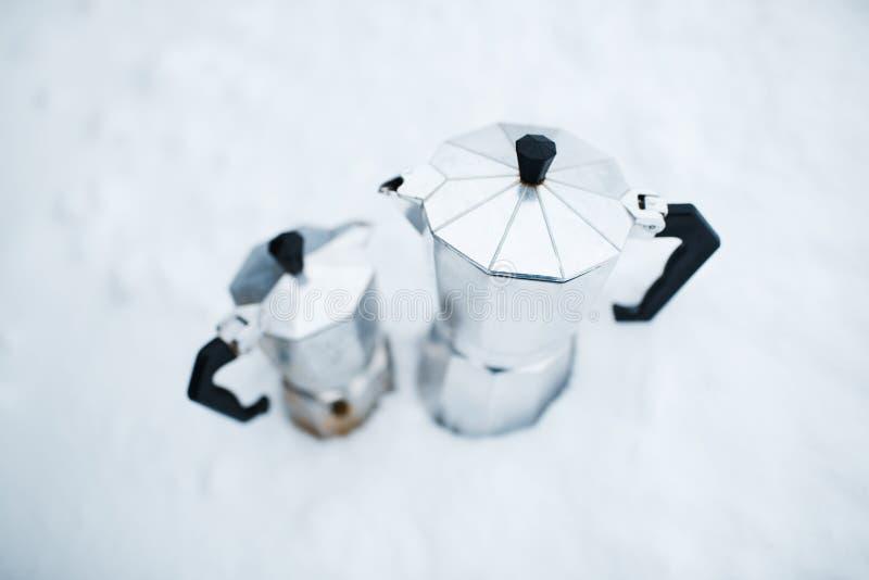 Plan rapproché de moka du café deux au-dessus du fond blanc photographie stock libre de droits