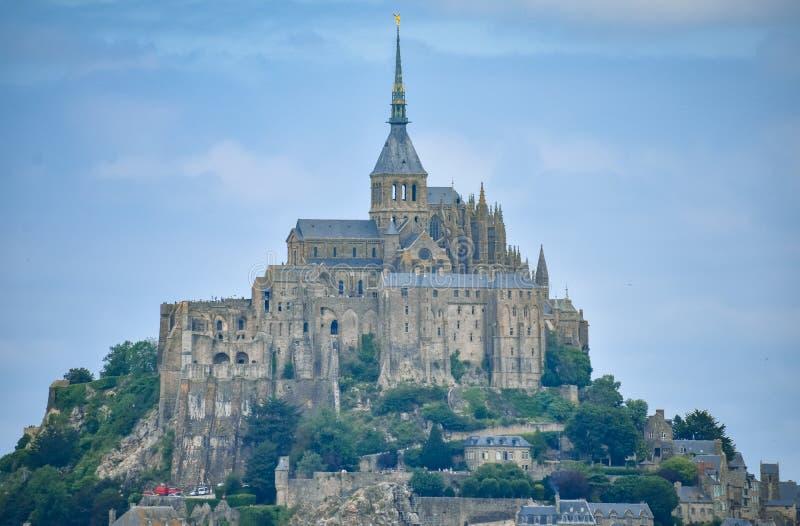 Plan rapproché de Mont Saint Michel, France, dans un ciel nuageux bleu photographie stock