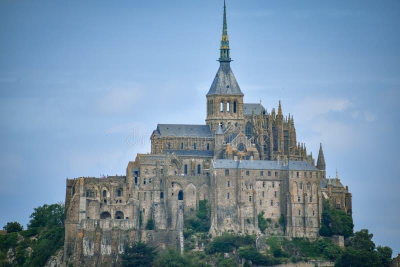 Plan rapproché de Mont Saint Michel, France, dans un ciel nuageux bleu photos stock