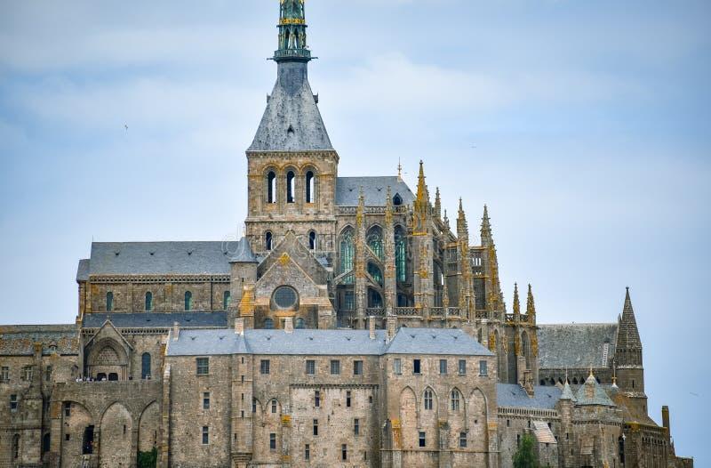 Plan rapproché de Mont Saint Michel, France, dans un ciel nuageux bleu photo libre de droits