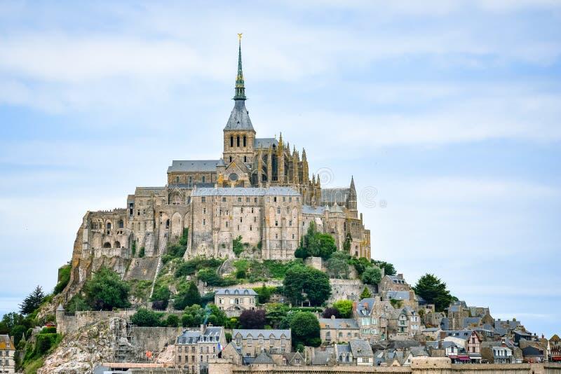 Plan rapproché de Mont Saint Michel, France, dans un ciel nuageux bleu photographie stock libre de droits