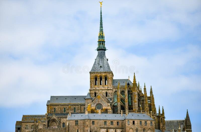 Plan rapproché de Mont Saint Michel, France, dans un ciel nuageux bleu image stock