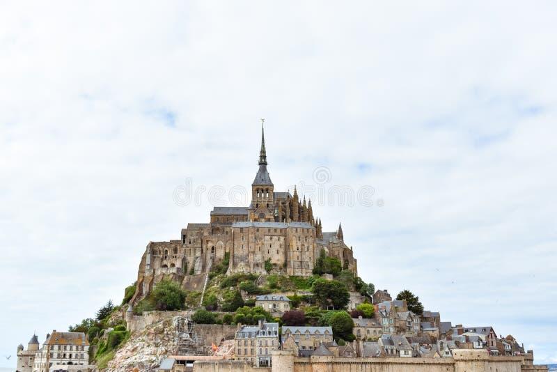 Plan rapproché de Mont Saint Michel, France, dans un ciel nuageux photographie stock libre de droits