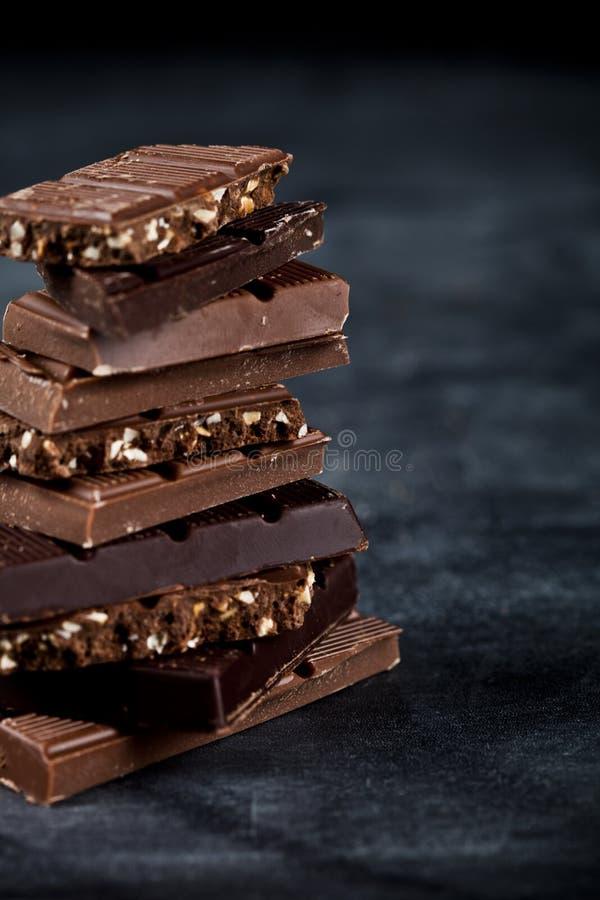 Plan rapproch? de morceaux de barre de chocolat Concept doux de photo de nourriture photographie stock