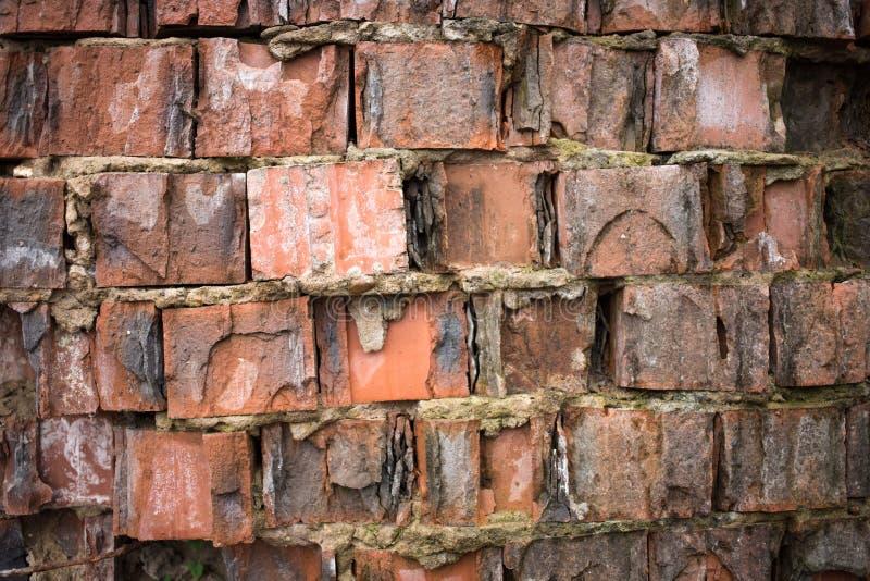 Plan rapproché de mur de briques rouge sale images stock