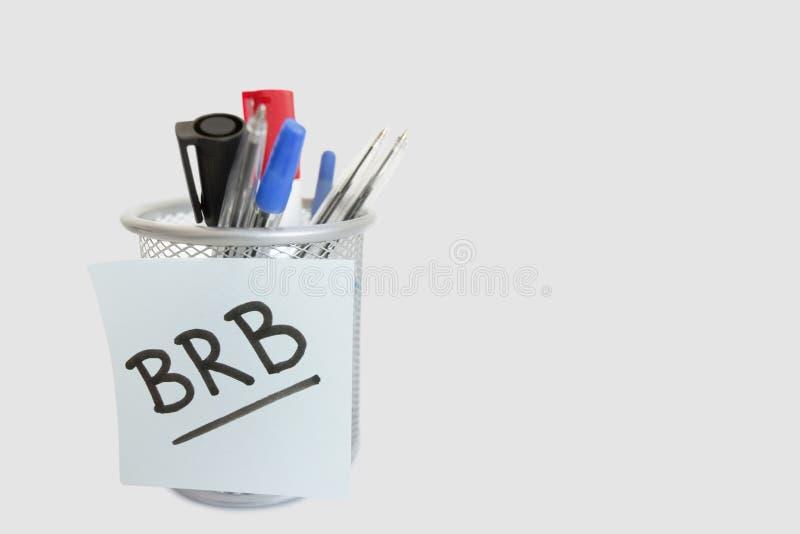 Plan rapproché de note collante avec le message sur le support de stylo au-dessus du fond blanc photo libre de droits