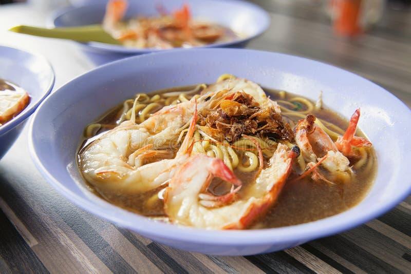 Plan rapproché de nouilles de crevette rose de soupe à Hokkien photo stock