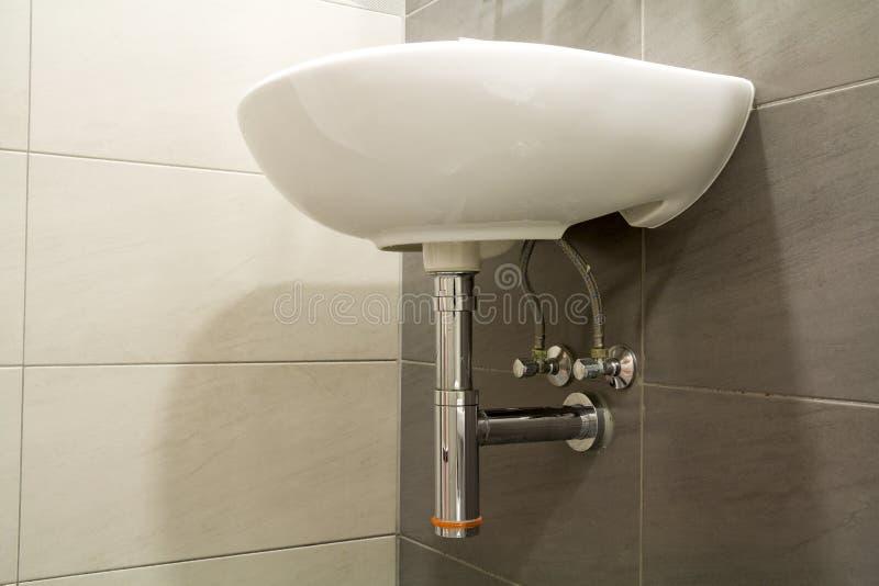 Plan rapproché de nouvel évier blanc vide propre en céramique moderne de lavabo image stock