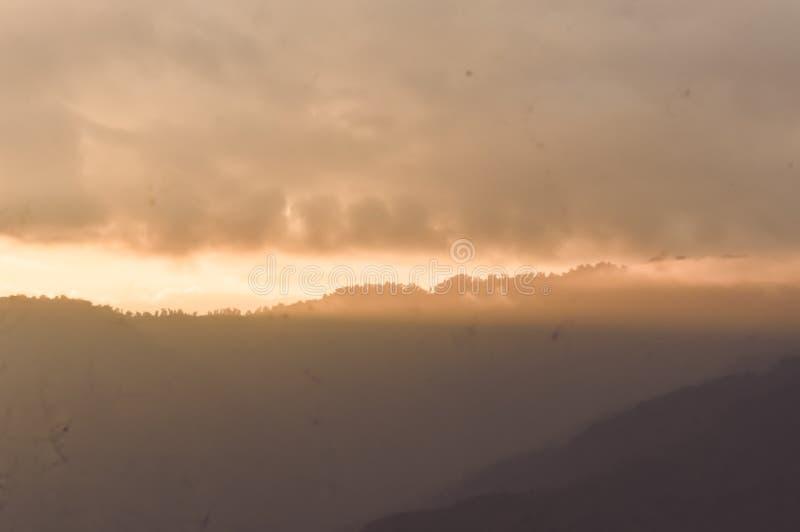 Plan rapproché de nuages de tempête sur le fond de ciel de gamme de montagne ciel vif de panorama Panoramique d'un coucher du sol photo libre de droits