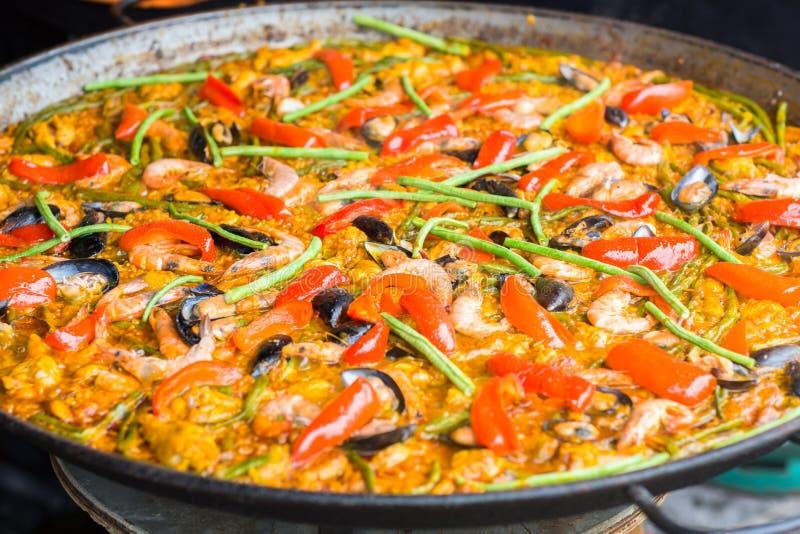 Plan rapproché de Paella de fruits de mer dans une grande poêle image libre de droits