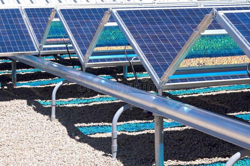 Plan rapproché de panneaux solaires de niveau du sol photos stock